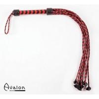 Avalon - Rød og sort lang ni halet flettet flogger med lærstjerne ender